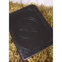 Svart stor läderbok med pentagram